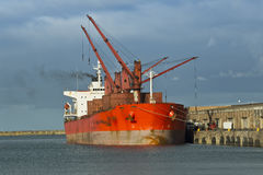一只货船的装货在港口 免版税库存图片