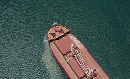 一只货船的鸟瞰图在巴拿马运河的 免版税库存照片