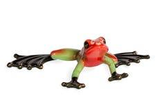 一只绿色和红色青蛙的小雕象 库存图片