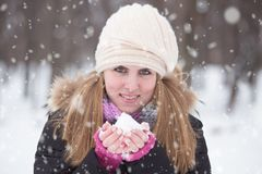一可爱的年轻女人的秀丽画象在雪天 免版税库存照片