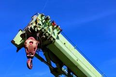 一台举起的起重机的特写镜头反对蓝色skye背景的 库存图片