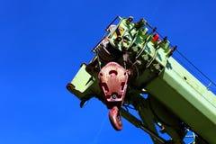 一台举起的起重机的特写镜头反对蓝色skye背景的 免版税库存照片