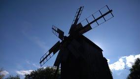 一台传统风车的剪影反对天空的 股票录像