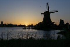一台传统风车的剪影在日落的在Zaanse Schans,阿姆斯特丹,荷兰 免版税库存照片