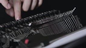 一台减速火箭的打字机的机制,手指打印文本 关闭 股票视频