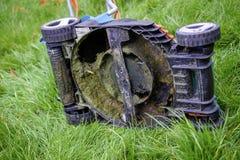 一台割草机的下面在长的草的 库存照片
