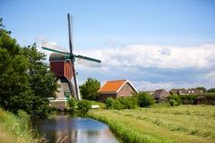 一台历史水风车在Oud Ade 库存照片