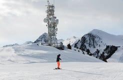 一台发射机在一座山顶部在白云岩滑雪区域 空的滑雪倾斜在冬天在一个晴天 准备滑雪倾斜,阿尔卑斯 免版税库存照片