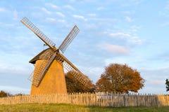 一台古老风车由在Bembridge的日落点燃在怀特岛郡 免版税库存图片