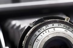 一台古色古香的照相机的透镜的宏观照片 免版税库存图片