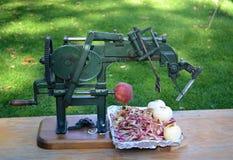 一台古色古香的苹果削皮器 库存图片