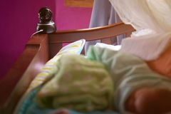 一台圆顶照相机在婴孩床上 库存图片