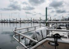 一台外置马达的细节在一艘捕鱼船的在新英格兰港口 库存图片