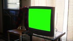 一台大厚实的标准定义绿色屏幕普通电视在客厅 股票视频