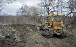 一台大推土机开掘开垦渠道 免版税库存图片