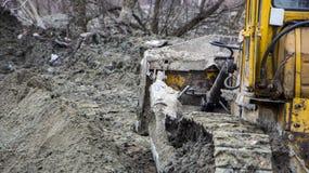 一台大推土机开掘开垦渠道 库存图片