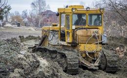一台大推土机开掘开垦渠道 免版税图库摄影