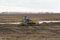 一台大推土机开掘开垦渠道 库存照片