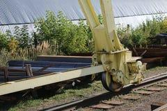 一台大桥式起重机的轮子 免版税库存图片
