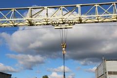 一台大桥式起重机 免版税库存照片