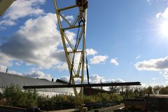 一台大桥式起重机 免版税图库摄影