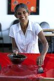 一台屏幕打印机在酵母酒蛋糕蜡染布工厂的工作在Matale在斯里兰卡 图库摄影
