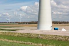 一台巨大的风轮机的基础在荷兰的农田里 库存照片