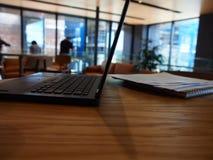 一台开放膝上型计算机的一张侧视图在桌上的 库存图片