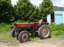 一台拖拉机在一个克罗地亚村庄 库存图片