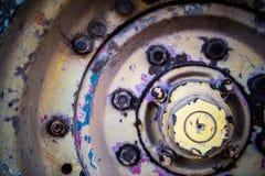 一台拖拉机的生锈的轮子在农场的 免版税库存照片