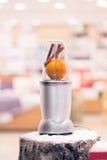 一台搅拌器的接近的看法用一个桔子和肉桂条在a 库存图片