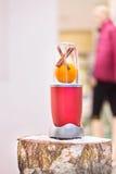 一台搅拌器的接近的看法用一个桔子和肉桂条在a 图库摄影