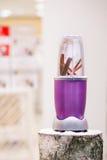 一台搅拌器的接近的看法用在一本多雪的日志的肉桂条 图库摄影