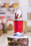 一台搅拌器的接近的看法用在一本多雪的日志的肉桂条 免版税库存照片