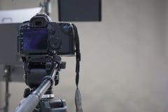一台摄象机的工作在演播室 免版税库存图片