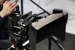 一台摄象机的工作在演播室 图库摄影