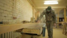 一台整平机的木工飞行的委员会在锯木厂,木材加工,机械工具 股票视频