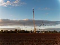 一台新的风轮机的建筑在一个领域的与一台特别起重机 库存图片