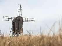 一台木风车在瑞典 库存图片