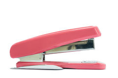 一台桃红色订书机在白色背景中 免版税图库摄影