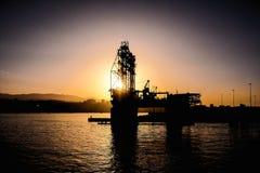 一台海上钻探钻机的剪影 免版税图库摄影