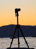 一台照相机的剪影在三脚架的 库存图片