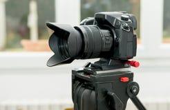一台照相机的特写镜头在三脚架的 免版税库存图片