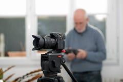 一台照相机的特写镜头在三脚架,摄影师背景的 库存图片