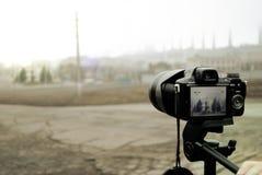 一台照相机的特写镜头在一个三脚架的在射击过程中 库存图片