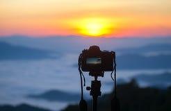 一台照相机的特写镜头在户外三脚架的 免版税库存图片