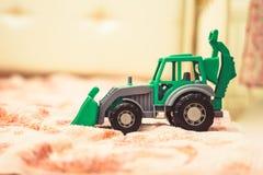 一台玩具拖拉机在托儿所 图库摄影