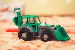一台玩具拖拉机在托儿所 库存照片