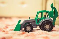 一台玩具拖拉机在托儿所 库存图片