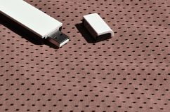 一台现代便携式USB Wi-Fi适配器在棕色运动服被安置由聚酯尼龙fibe制成 库存图片